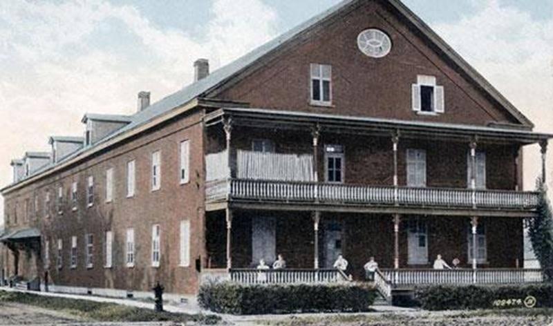 L'hospice Saint-Charles, à l'intérieur duquel fut aménagé l'hôpital Saint-Charles de 1902 à 1930. L'édifice fut démoli en 1977. Carte postale, Valentine & Sons, England, 1915. (Collection privée)