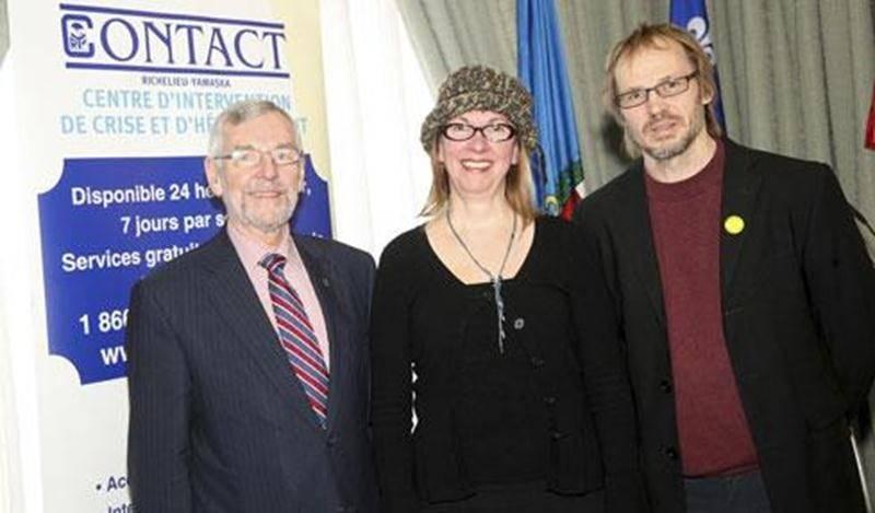 Le maire Claude Bernier aux côtés de Louise Soly, présidente d'honneur; et Louis Lemay, directeur général de Contact Richelieu-Yamaska.