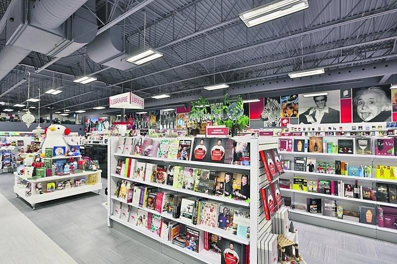 Différentes boutiques spécialisées sont regroupées sous un même toit, soit la librairie, l'informatique, la papeterie, l'art-encadrement, les cadeaux, les jeux, le mobilier et la création-impression.  Photo Robert Gosselin | Le Courrier ©