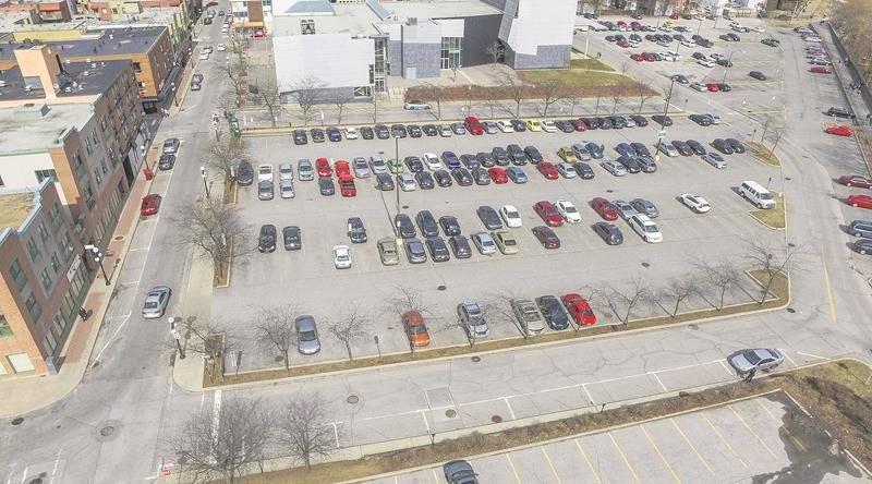 Le stationnement Intact, convoité par Réseau Sélection pour son projet de tour pour retraités, offre actuellement autour de 180 cases de stationnement gratuit au centre-ville.   Photo François Larivière | Le Courrier ©