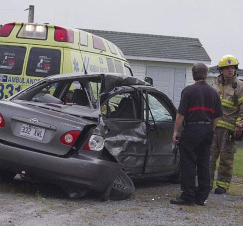 Une conductrice âgée dans la vingtaine a perdu le contrôle de son véhicule mardi matin vers 7 h 30 sur le 2 e rang à Saint-Hyacinthe. Dans sa course, elle est allée percuter une voiture garée dans une entrée de maison. Seule la conductrice a subi des blessures mineures. La vitesse serait en cause selon les premiers constats faits par les policiers. La jeune femme a été transportée à l'hôpital pour soigner ses blessures.