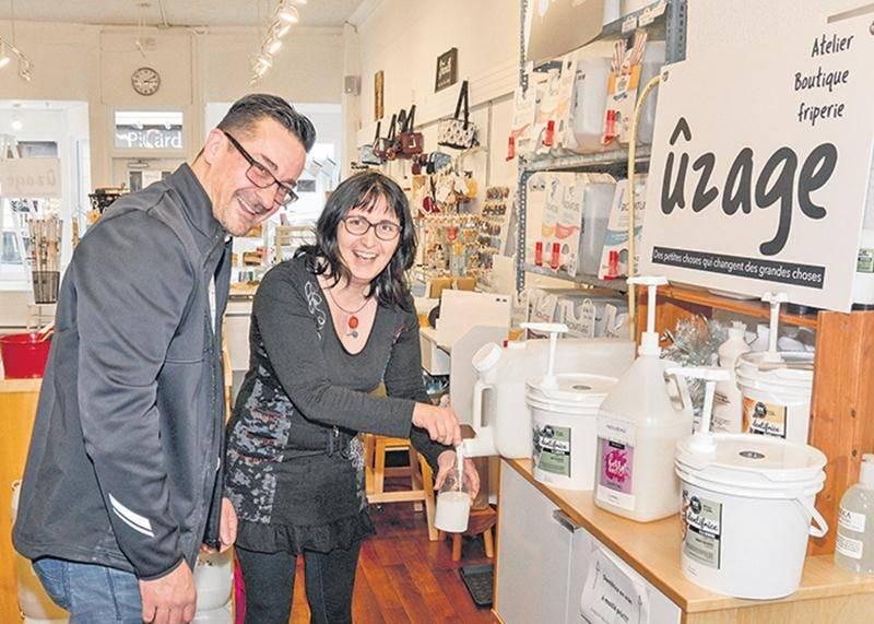 La boutique Ûzage a remplacé Audrey Mode sur la rue des Cascades. Sur la photo, Simon Cusson, directeur général de la SDC centre-ville, et Kizis Plamondon, propriétaire de la boutique Ûzage.
