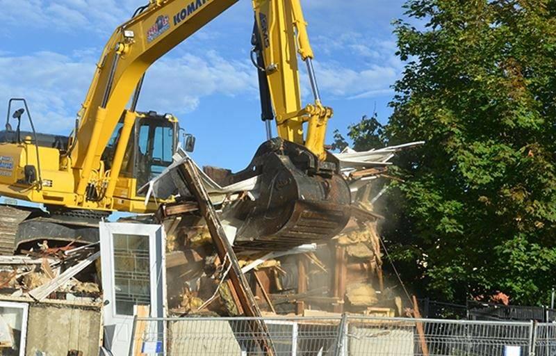 Après des travaux préparatoires, la démolition a réellement commencé ce mercredi sur la rue Marguerite-Bourgeoys au centre-ville. Photo François Larivière | Le Courrier ©