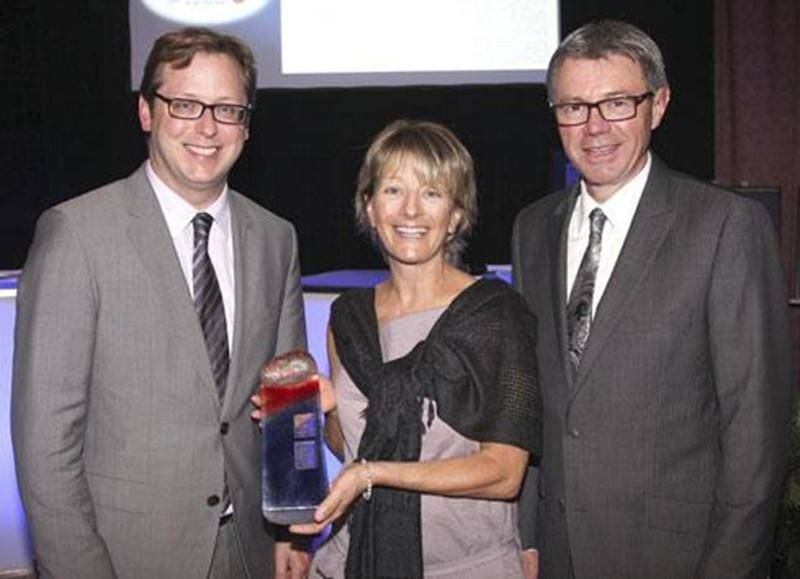 Line Patenaude est venue cueillir le prix de la personnalité 2012 attribué à son frère Robert Patenaude. Elle est entourée de l'éditeur du Courrier de Saint-Hyacinthe, Benoit Chartier, et du président de la Chambre de commerce, Claude Corbeil.