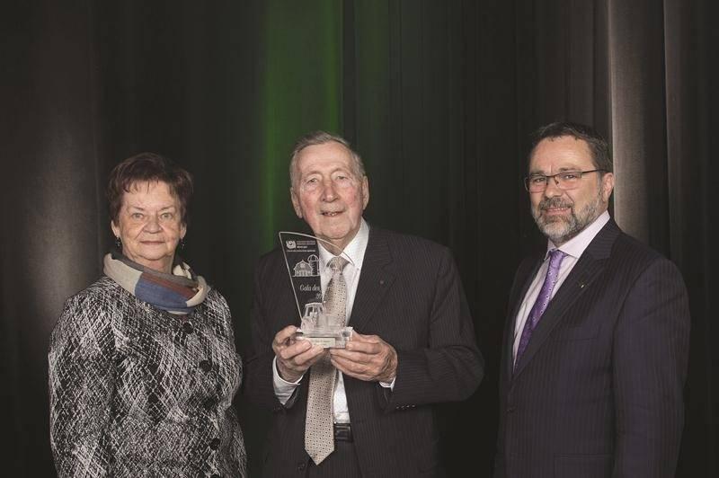 Hermel Giard, lauréat du prix Coup de chapeau, est entouré de son épouse, Huguette Giard, et de Christian St-Jacques, président de la Fédération de l'UPA de la Montérégie.