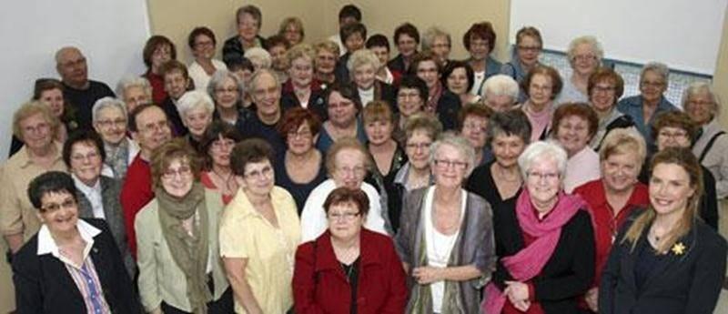 Sur la photo à l'avant à droite, Dre Lise Faucher, présidente d'honneur et Ginette Comtois, à gauche, agente de développement à la Société canadienne du cancer, entourées de généreux bénévoles.