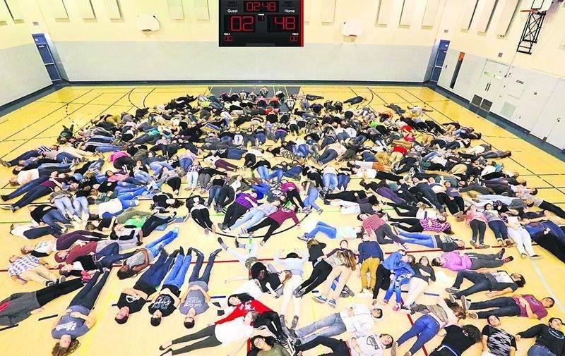 248 élèves de la PHD ont posé, le corps allongé au sol, pour illustrer le nombre de décès sur les routes desservies par la SQ cette année. Photo Sûreté du Québec