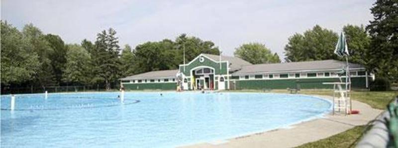 Des défenseurs du Pavillon de la piscine Laurier ont interpellé lundi les élus municipaux, mais ceux-ci ne les ont pas beaucoup rassurés.