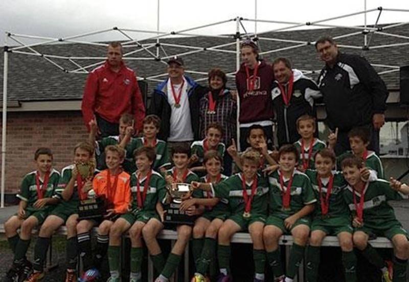 Le FC Saint-Hyacinthe U 12 A masculin a remporté les séries de championnat contre Granby avec une victoire de 5 à 1 en finale. L'équipe a donc mis un terme à une saison remplie de succès. En 15 parties, elle n'a subi la défaite qu'une seule fois, enregistrant 14 victoires. Le U 12 A participera à la Coupe des Grands A à Saint-Hyacinthe le 21 septembre.