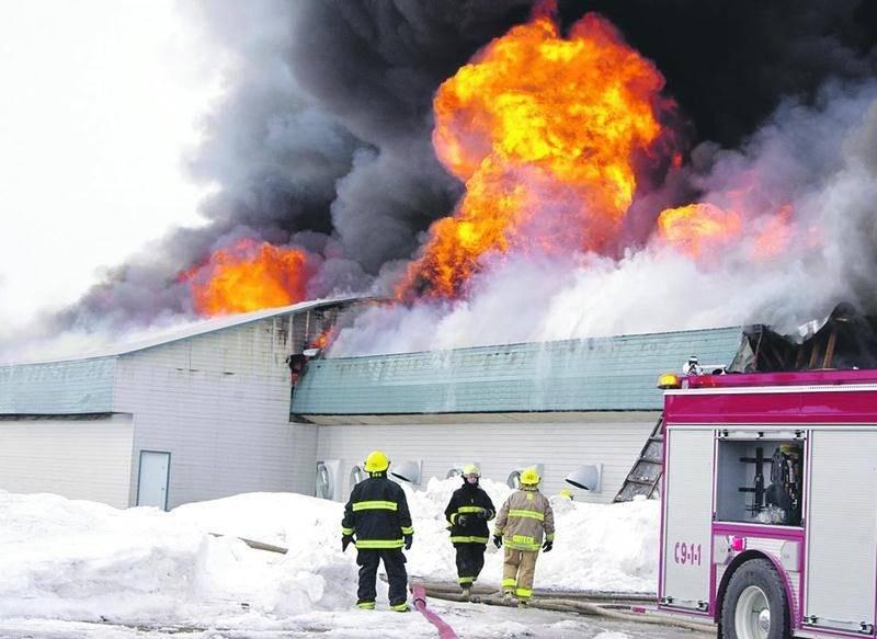 Plus de 100000 poulettes pondeuses ont péri dans l'incendie de la Ferme avicole B. Morin & fils à Saint-Bernard. Photo Dominique St-Pierre