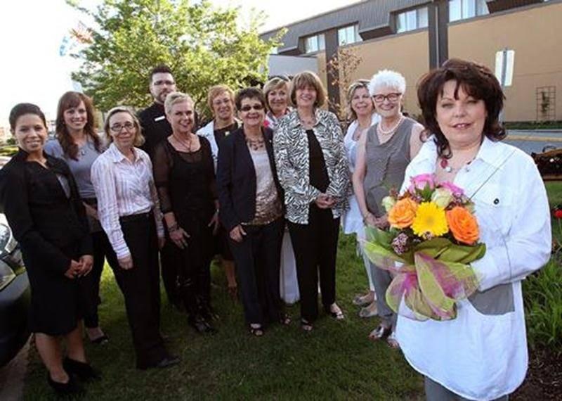 Le 26 avril, la Société canadienne du cancer tenait, pour la 8<sup>e</sup> année consécutive, son souper du «Mardi de Filles» à l'Hôtel des Seigneurs. Un total de 1024 femmes se sont réunies pour la même cause. Céline Desroches a remporté le grand prix de la métamorphose. Sur la photo, on aperçoit les membres du comité organisateur, les commanditaires de la Journée Métamorphose et la gagnante. Au premier plan : Céline Desroches. Première rangée, de gauche à droite: Stéphanie Destrempes, Anik