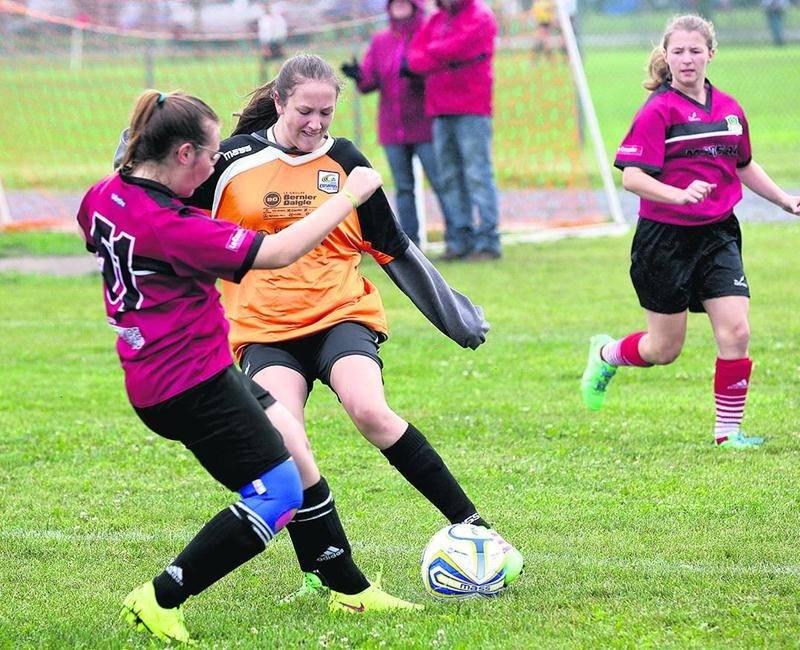Les jeunes joueurs ont bravé le mauvais temps et se sont élancés sur les terrains de soccer tout au long du week-end.  Photo Robert Gosselin | Le Courrier ©