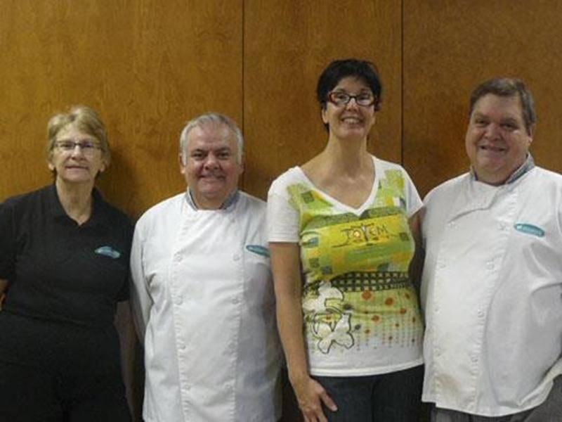 La direction de Coopsco Saint-Hyacinthe a reconnu la contribution importante de quatre membres de son personnel lors d'une fête hommage. La direction et toute l'équipe a ainsi souligné le travail et le dévouement de Denise Jacques, aide alimentaire, 20 ans de service à la cafétéria au Cégep de Saint-Hyacinthe; André Rochefort, cuisinier, 35 ans de service à la cafétéria; Denise Raymond, caissière, 25 ans de service à la librairie; et Jacques Morrisseau, cuisinier, 35 ans de service à la cafétéri