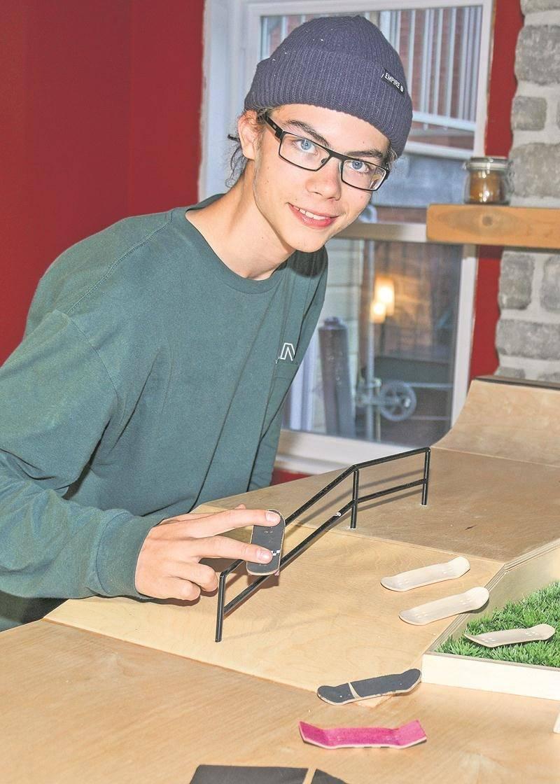 En plus de créer ses propres planches de fingerboard, Tommy Goulet construit également des skateparks miniatures. Photo François Larivière   Le Courrier ©