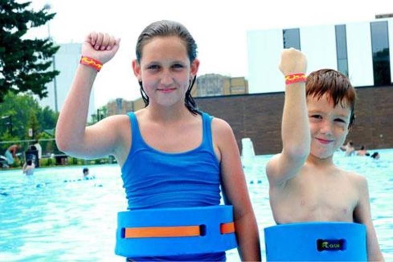 Tous les enfants inscrits aux camps de jour ont passé un test de natation à la piscine du quartier pour évaluer leurs habiletés aquatiques. Les enfants n'ayant pas réussi le test de natation doivent porter un bracelet rouge. Ces derniers doivent également rester en partie peu profonde et porter un objet flottant pour assurer leur sécurité.