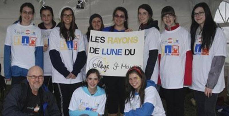 Le Collège Saint-Maurice était encore une fois bien représenté au Relais pour la vie de la Société canadienne du cancer, à Saint-Hyacinthe, le 7 juin dernier. Jeanne Esquilat, 3 e secondaire, a pris la capitainerie de l'équipe des « Rayons de lune » qui a bravé la pluie et le froid lors de cet évènement rassembleur. Bravo à Jeanne et à son équipe!