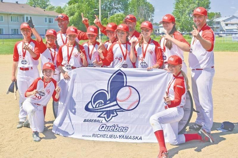 Les joueuses de l'équipe féminine Richelieu-Yamaska de la classe pee-wee affichent fièrement leur médaille d'or remportée au championnat provincial. Photo Courtoisie