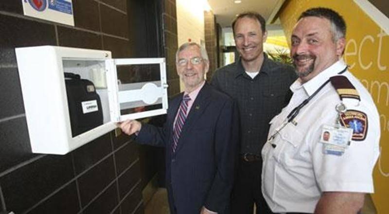 La Ville de Saint-Hyacinthe a fait l'acquisition de neuf défibrillateurs externes automatisés (DEA), installés dans divers endroits publics.