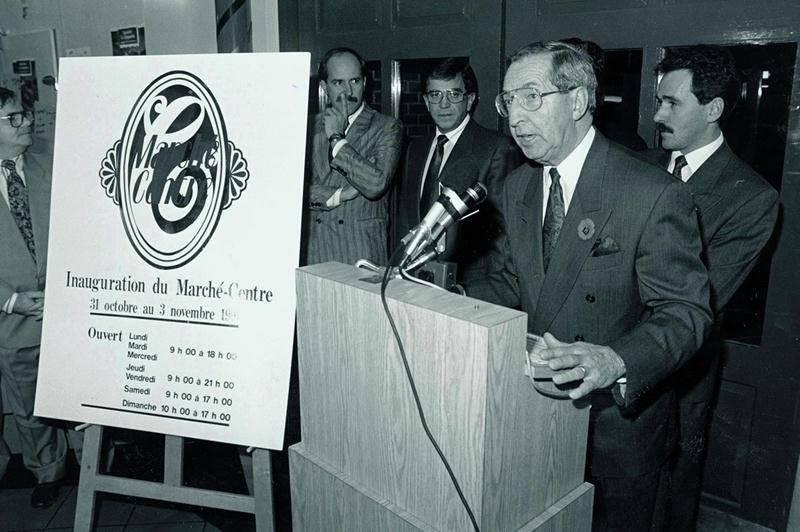 M. Rhéaume lors du dévoilement de la nouvelle signature du Marché-Centre en novembre 1991.