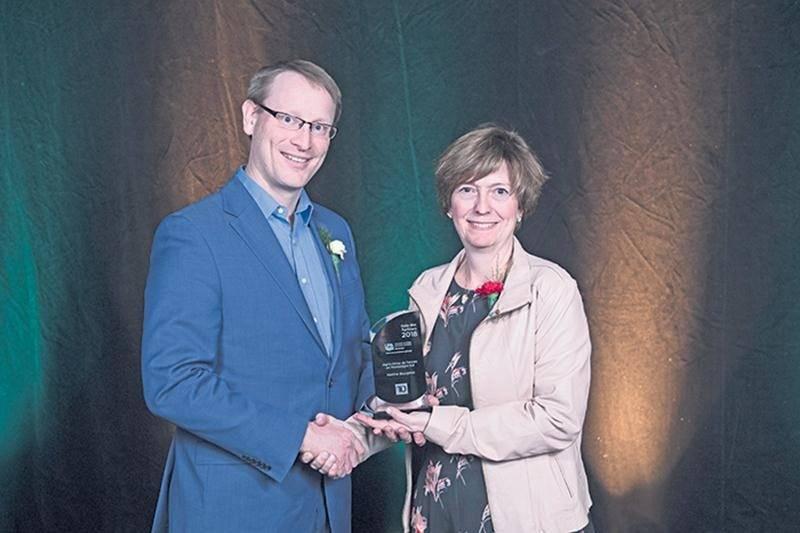 Didier Van Der Heyden, représentant de la Banque TD,  a remis le prix Agricultrice de l'année en Montérégie-Est à Martine Bourgeois, agricultrice de Saint-Ours. Photo UPA de la Montérégie