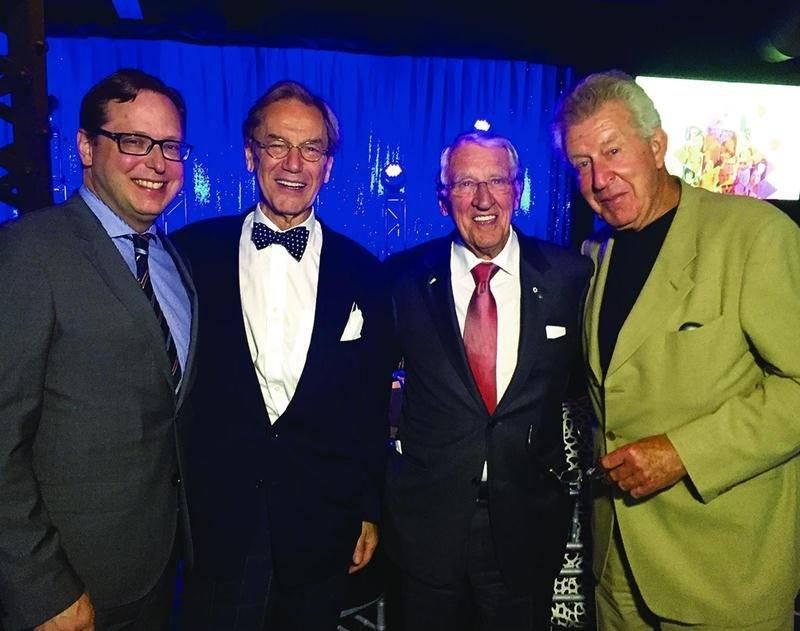 Benoit Chartier en compagnie des trois cofondateurs de Transcontinental, soit Claude Dubois, Rémi Marcoux et André Kingsley lors des célébrations entourant les 40 ans de l'entreprise, le 26 mai dernier.