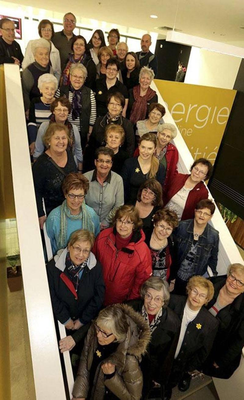 Sur la photo, au centre, le Dre Lise Faucher, présidente d'honneur du Mois de la Jonquille; à l'avant à droite, Johanne T. Delage, présidente d'honneur de la 13 e édition du Relais pour la vie; et (au centre) Ginette Comtois, agente de développement entourées des bénévoles de la Jonquille et du Relais pour la vie.