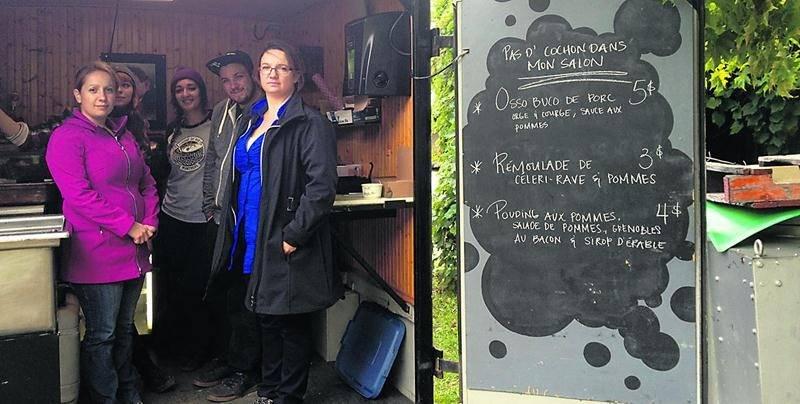 Les éleveurs de porcs de la Montérégie et le camion de nourriture de rue « Pas d'cochon dans mon salon », en collaboration avec le Porc du Québec, étaient stationnés au Verger Michel Jodoin les 20, 21, 27 et 28 septembre ainsi que le premier week-end d'octobre pour le plus grand plaisir des cueilleurs de pommes. Les éleveuses Michèle Guilmain et sa soeur Christine en ont profité pour discuter de leur profession avec leurs concitoyens et amasser des fonds pour quatre organismes de la région. Les