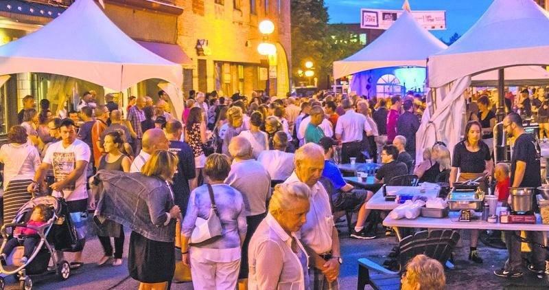 La vente-trottoir au centre-ville demeure populaire en soirée. Photo François Larivière   Le Courrier ©
