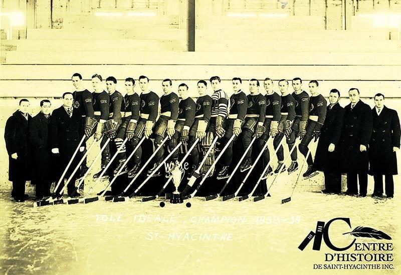Le club de l'usine « Tôle Gaufrée idéale », un des premiers à jouer sur la glace du stade municipal. Coll. Centre d'histoire de Saint-Hyacinthe, Studio B. J. Hébert, CH410.
