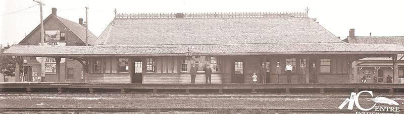 La gare des Comtés-Unis au coin des rues Dessaulles et Desaulniers, durant les années 1910, Centre d'histoire de Saint-Hyacinthe, CH085.