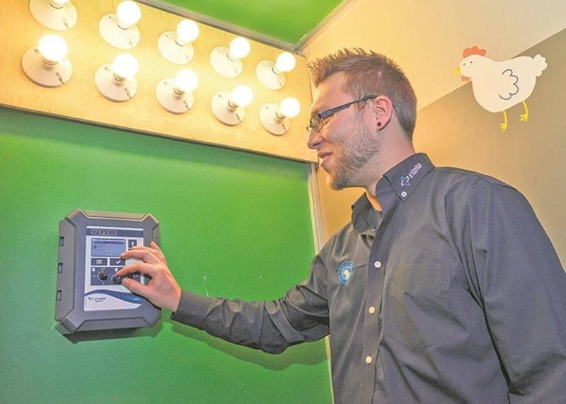 L'entreprise Intelia de Joliette commercialise un appareil capable de contrôler l'éclairage d'un poulailler. Cette unité de contrôle permet de modifier de 0 à 100 % l'intensité de l'éclairage sans provoquer de scintillement. Un éclairage sans scintillement assure des oiseaux plus calmes et en meilleure santé.
