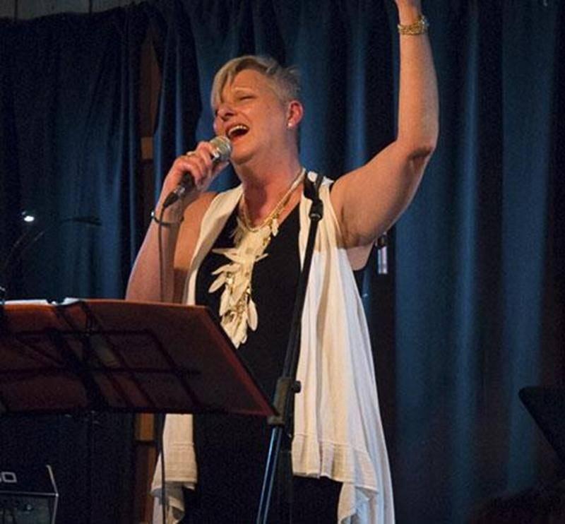 Sur la photo, la chanteuse du groupe VINTAGE, Jocelyne Beaudoin.