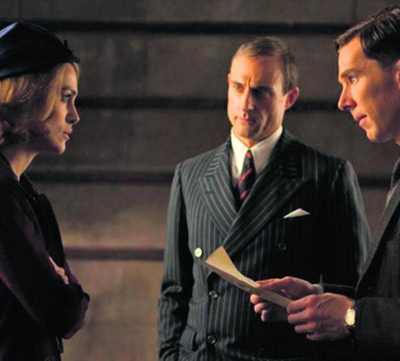 Keira Knightley, Mark Strong et Benedict Cumberbatch se donnent la réplique dans Le jeu de l'imitation, sorti en salle le 9 janvier.