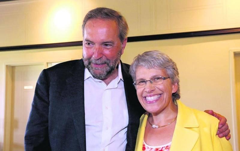 Brigitte Sansoucy était visiblement très fière d'accueillir son chef, Thomas Mulcair, dans sa circonscription de Saint-Hyacinthe-Bagot. Photo Robert Gosselin | Le Courrier ©