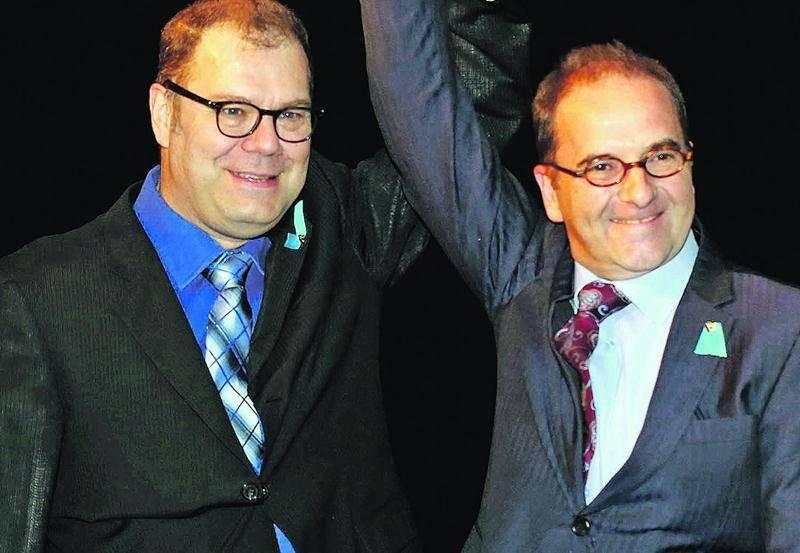 Le candidat du Bloc québécois dans Saint-Hyacinthe-Bagot, Michel Filion (à droite) savoure sa victoire en compagnie de son chef, Mario Beaulieu. Photo Robert Gosselin   Le Courrier ©