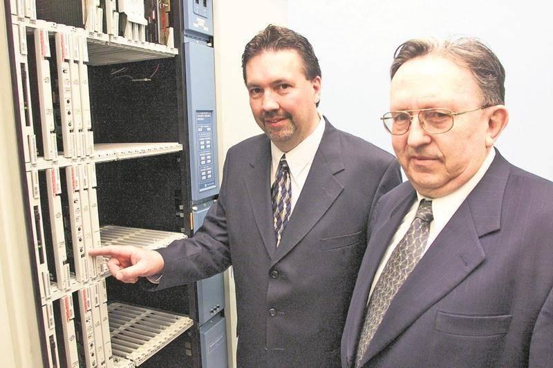 Cette photo prise en mai 2003 réunit Donald Dupuis, ancien président-directeur général de Maskatel, et son fondateur, Augustin Guèvremont.