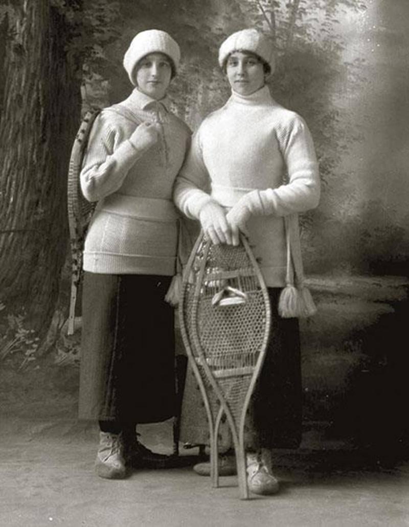 Vers la fin du XIX<sup>e</sup> siècle, les dames étaient de ferventes raquetteuses. Collection Centre d'histoire de Saint-Hyacinthe, CH085