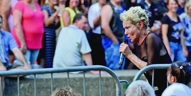Toujours aussi énergique, Marjo a livré une généreuse performance alors qu'elle partageait la scène avec le groupe Brain Tyler and the Bluestorm. Photo François Larivière   Le Courrier ©