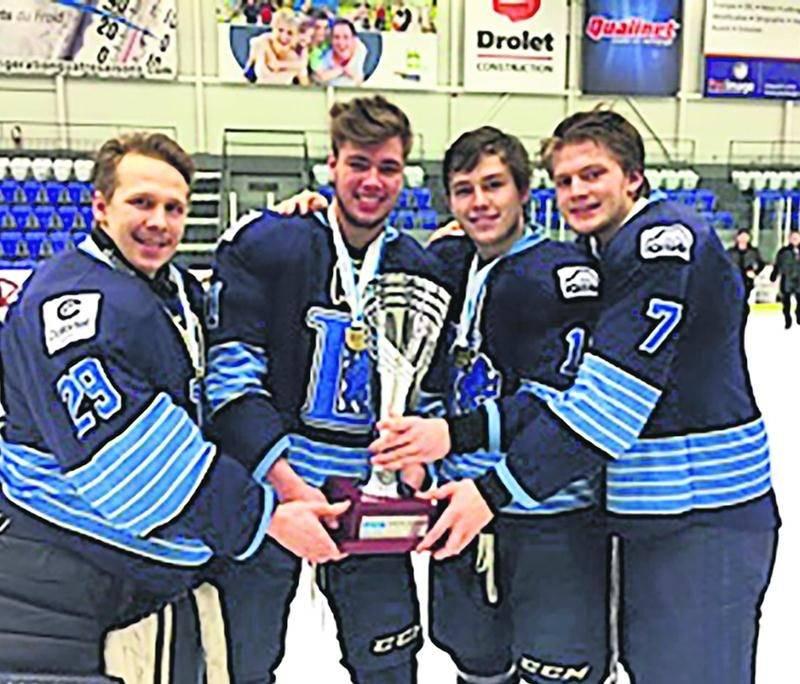 Sur la photo, Samuel Gaudreau, Lucas Sylvestre, Jean-François Lesage et Antoine Bédard avec le trophée de championnat de la ligue de hockey collégiale division 1 du RSEQ. Photo Courtoisie