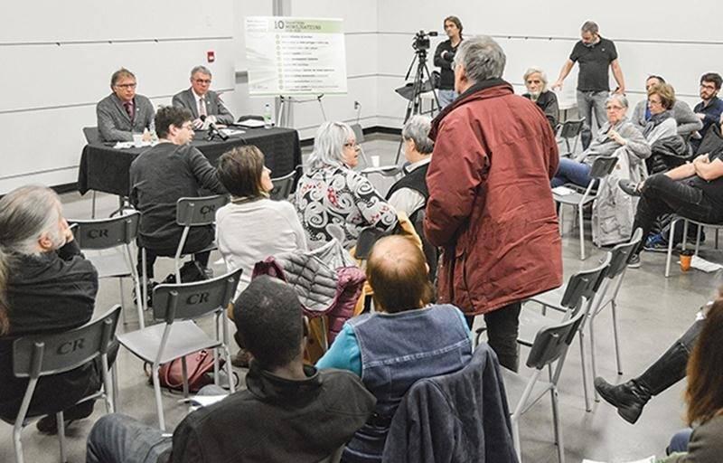 Au moins une trentaine de personnes sont allées à la rencontre du maire Claude Corbeil et du conseiller Jeannot Caron pour partager leur point de vue sur le centre-ville.   Photo François Larivière | Le Courrier ©