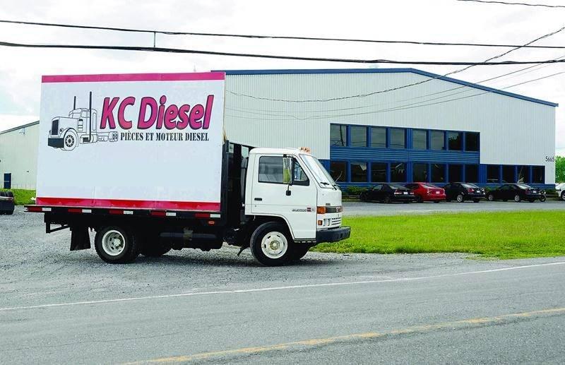 Loin de plier bagage, KC Diesel a plutôt affiché ses couleurs dernièrement. L'enseigne de l'entreprise n'est pas installée sur le bâtiment, mais plutôt sur un camion stationné dans la cour du 5665 Pinard. Photo François Larivière   Le Courrier ©