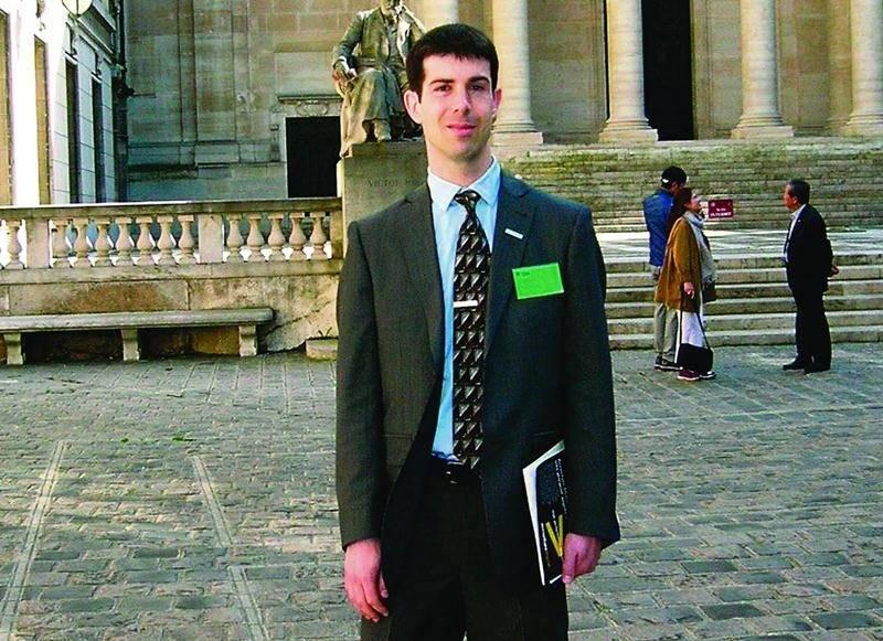 Stéphane Messier s'est rendu à Paris à titre de finaliste du Concours international des mémoires de l'économie et de la finance. Photo courtoisie