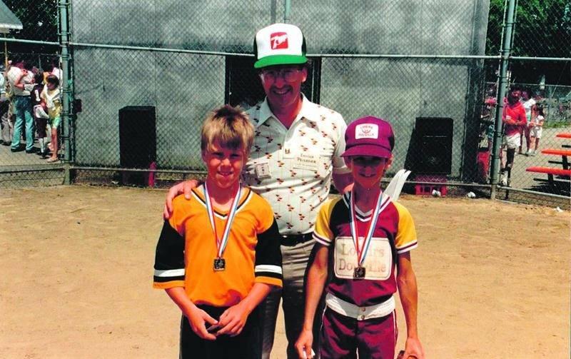 Émilien Pelletier, accompagné de deux joueurs lors de la première édition du tournoi moustique à Douville.