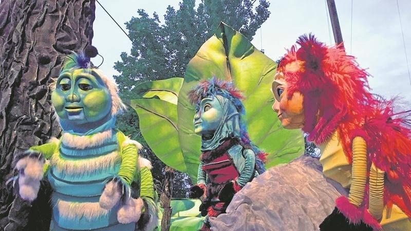 Cinq représentations supplémentaires des « Géants de l'Étang » ont été ajoutées à la fin août par le Théâtre de la Dame de Cœur, qui présente cette pièce pour une seconde année.   (photo courtoisie Théâtre de la Dame de Cœur)