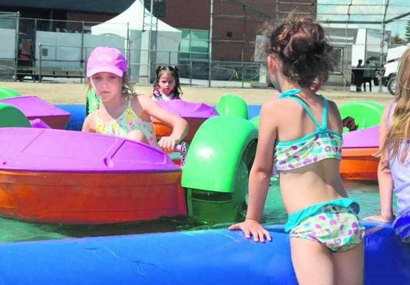 Les jeux d'eau et structures gonflages ont attiré les enfants durant les grandes chaleurs de cette fin de semaine.  Photo François Larivière | Le Courrier ©