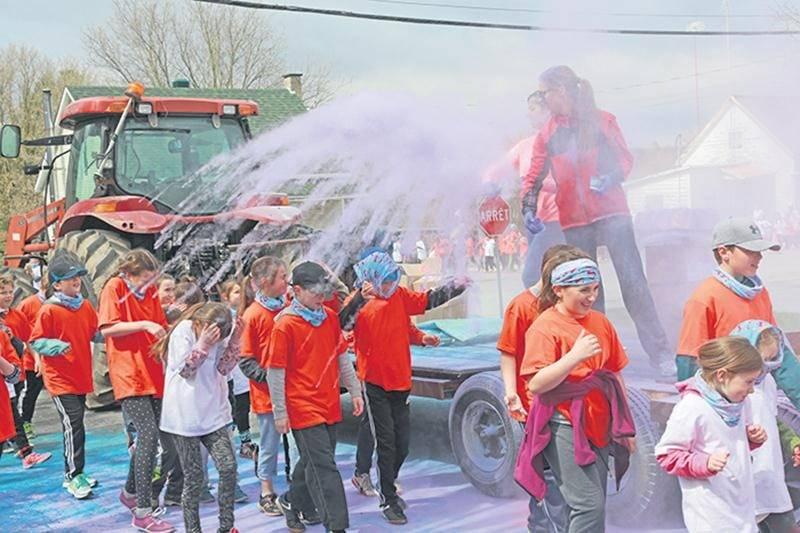 Un véritable arc-en-ciel se formait sur le chandail des élèves, aspergés d'une poudre colorée, au fil de la course des couleurs.