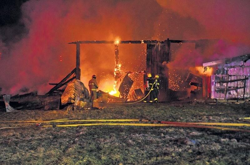La grange servait d'atelier pour entretenir des tracteurs, selon Sylvain Laplante du service de sécurité incendie de Saint-Valérien-de-Milton.