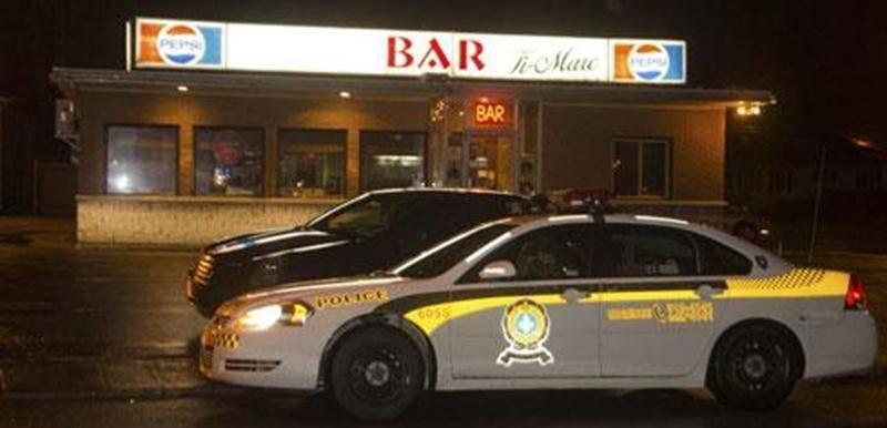 Le bar-cantine Ti-Marc situé sur le boulevard Laframboise dans le secteur Saint-Thomas-d'Aquin à Saint-Hyacinthe a été le théâtre d'un vol à main armée dans la nuit de dimanche à lundi. Peu après minuit, un individu serait entré à l'intérieur avec une arme à feu en exigeant le contenu du tiroir-caisse. Il a par la suite pris la fuite avec l'argent. Personne n'a été blessé lors du vol. Le Service d'identité judiciaire s'est rendu sur place, mais aucun suspect n'a été appréhendé jusqu'à maintenant