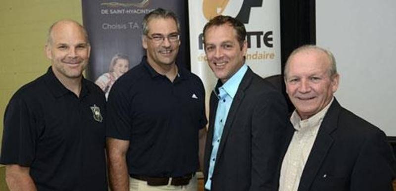 De gauche à droite, Martin Cadorette, entraîneur-chef des Gaulois midget AAA, Gaétan Dion, directeur de l'école Fadette, Simon Désautels, nouvel agent de développement du sport-études à la CSSH, et Yves Sansfaçon, gouverneur et vice-président des Gaulois.