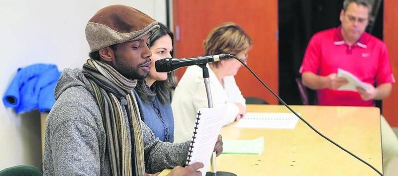 Alexandre fait la lecture de son histoire personnelle devant une quarantaine de membres du Syndicat de l'enseignement Val-Maska au centre communautaire Rosalie-Papineau. Photo Robert Gosselin   Le Courrier ©